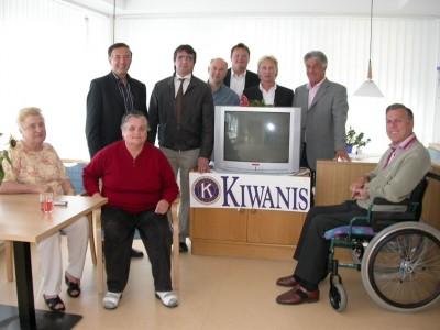 Der Kiwanis Club Zillertal übergibt an das Zeller Wohn- und Pflegeheim TV-Großbildschirme für die neuen Aufenthaltsräume.